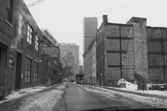 在一条离开的街道上的老被放弃的大厦在冬天 免版税图库摄影