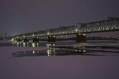 在一条冻河的铁路桥在冬天 免版税图库摄影