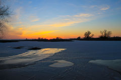 在一条冻河Dnieper的日落在冬天 库存照片