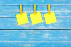 在一条绳索的晒衣夹与卡片 免版税库存图片