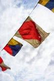 在一条绳索的海洋旗子在天空背景 免版税库存图片