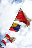 在一条绳索的海洋旗子在天空背景 免版税图库摄影