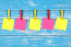 在一条绳索的色的晒衣夹与五张卡片 免版税库存图片
