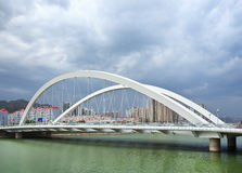 在一条绿色运河有剧烈的云彩的,张家口,中国的桥梁 库存图片