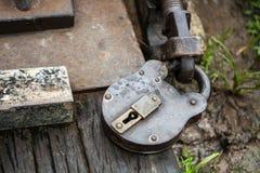 在一条raiway轨道的英国时代挂锁 库存图片