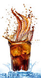 从在一杯的冰块飞溅可乐,被隔绝在白色背景 库存照片