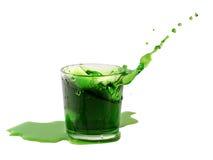 从在一杯的冰块飞溅绿色水或喝 免版税图库摄影