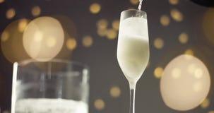 在一杯的欢乐泡影汽酒 库存图片