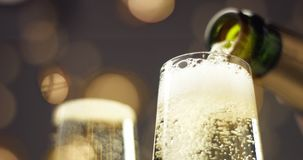 在一杯的欢乐泡影汽酒 免版税库存图片