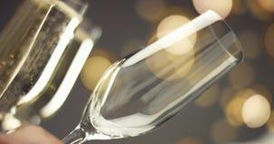 在一杯的欢乐泡影汽酒 免版税库存照片