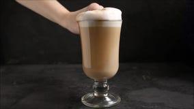 在一杯透明杯子热奶咖啡的咖啡拿铁,点心烹饪过程 顶面食物背景 股票视频