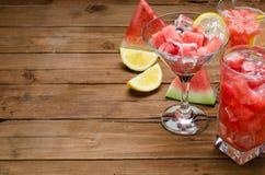 在一杯马蒂尼鸡尾酒和鸡尾酒的西瓜点心用柠檬 图库摄影