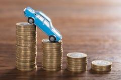 在一枚被堆积的硬币的汽车模型 免版税库存图片