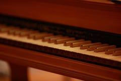 在一架古色古香的钢琴的钢琴钥匙由古巴的布埃纳文图拉俱乐部使用了 库存照片