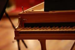 在一架古色古香的钢琴的钢琴钥匙由古巴的布埃纳文图拉俱乐部使用了 免版税库存照片