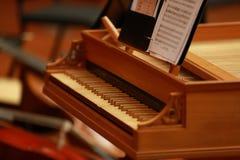 在一架古色古香的钢琴的钢琴钥匙由古巴的布埃纳文图拉俱乐部使用了 免版税库存图片