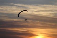 在一架吊滑翔机的飞行在城市上 库存照片