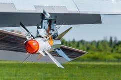 在一架战斗机的翼的战斗的寻呼台与一个红色技巧的 库存图片