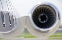 在一架私有飞机的喷气机引擎特写镜头-投炸弹者 库存图片