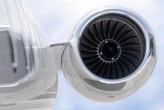 在一架私有飞机的喷气机引擎特写镜头-投炸弹者 库存照片