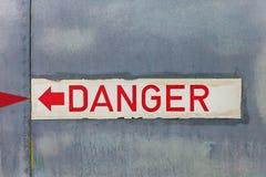 在一架老飞机的危险标志 库存图片