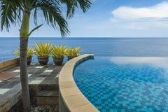 在一栋别墅的无限水池在巴厘岛 免版税库存图片