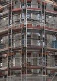 在一栋多层的居民住房的门面的脚手架 免版税库存图片