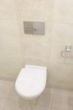 在一栋小公寓的现代洗手间 免版税库存图片