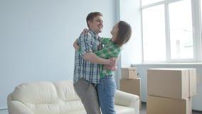 在一栋新的公寓的愉快的年轻夫妇 概念移动 影视素材