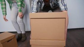 在一栋新的公寓的愉快的年轻夫妇 概念移动 股票录像