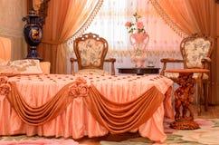 在一栋现代公寓的时髦的双人床 免版税库存图片