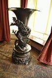 在一栋美丽的乡间别墅的龙古铜色花瓶在不是全国信任财产的利兹西约克郡附近 免版税库存图片