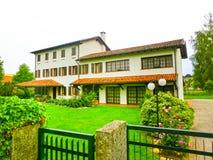 在一栋美丽的古老别墅前面的庭院,意大利里新近地切开草坪 免版税图库摄影