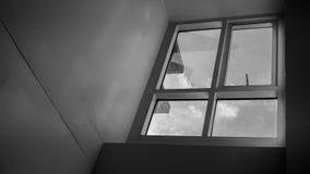 在一栋老公寓里面的一个窗口视图 免版税库存照片