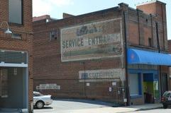 在一栋老砖瓦房的被绘的Sears标志 免版税库存图片