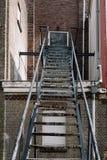 在一栋老砖瓦房的防火梯楼梯 库存照片