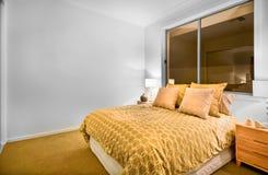 在一栋豪华公寓的现代卧室内部 库存图片