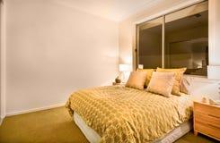 在一栋豪华公寓的现代卧室内部 免版税库存图片