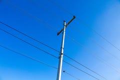 在一根杆的电线在蓝天背景 免版税库存图片