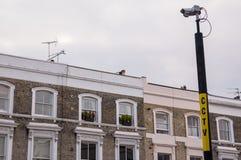 在一根杆的CCTV照相机与公寓在背景中 免版税图库摄影