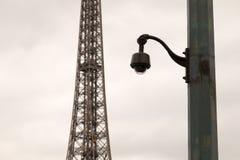在一根柱子的安全监控相机在Eiffe前面的恶劣天气 库存照片
