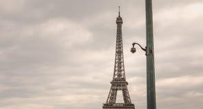 在一根柱子的安全监控相机在Eiffe前面的恶劣天气 免版税库存照片