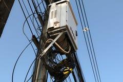 在一根电杆的高压设备 免版税库存图片