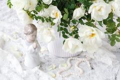 在一根白色鞋带放置的英国玫瑰 免版税库存照片