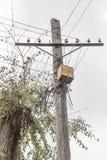 在一根老木岗位电杆的生锈的电子接线盒 木杆 图库摄影