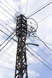 在一根老电杆的许多导线 免版税库存图片