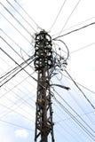 在一根老电杆的许多导线 库存照片