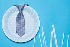 在一根蓝色板材和吸管的蓝色一个假日的翻转者,概念或公司党 免版税库存照片
