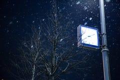 在一根路灯柱莫斯科的时钟在冬天 免版税图库摄影