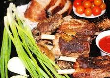 在一根骨头的油煎的肉用香料 库存图片